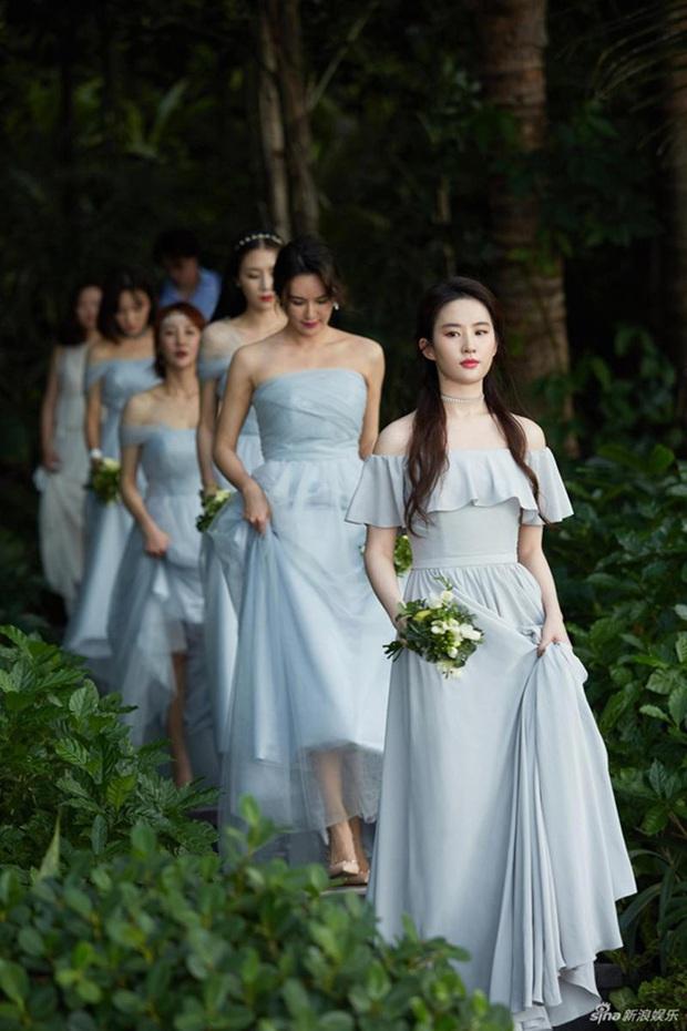 Thần tiên tỷ tỷ Lưu Diệc Phi rất ít khi làm phù dâu đám cưới, xem ảnh xong mới vỡ lẽ ra nguyên nhân vì sao - Ảnh 2.