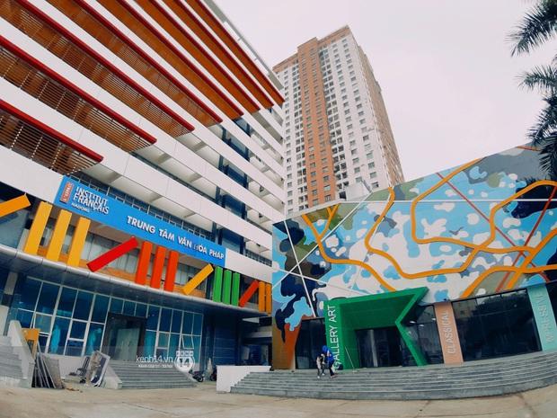 Sơn đủ 7 sắc cầu vồng xanh, đỏ, cam, vàng..., Đại học Kiến trúc Hà Nội xứng danh ngôi trường màu mè nhất Việt Nam! - Ảnh 1.