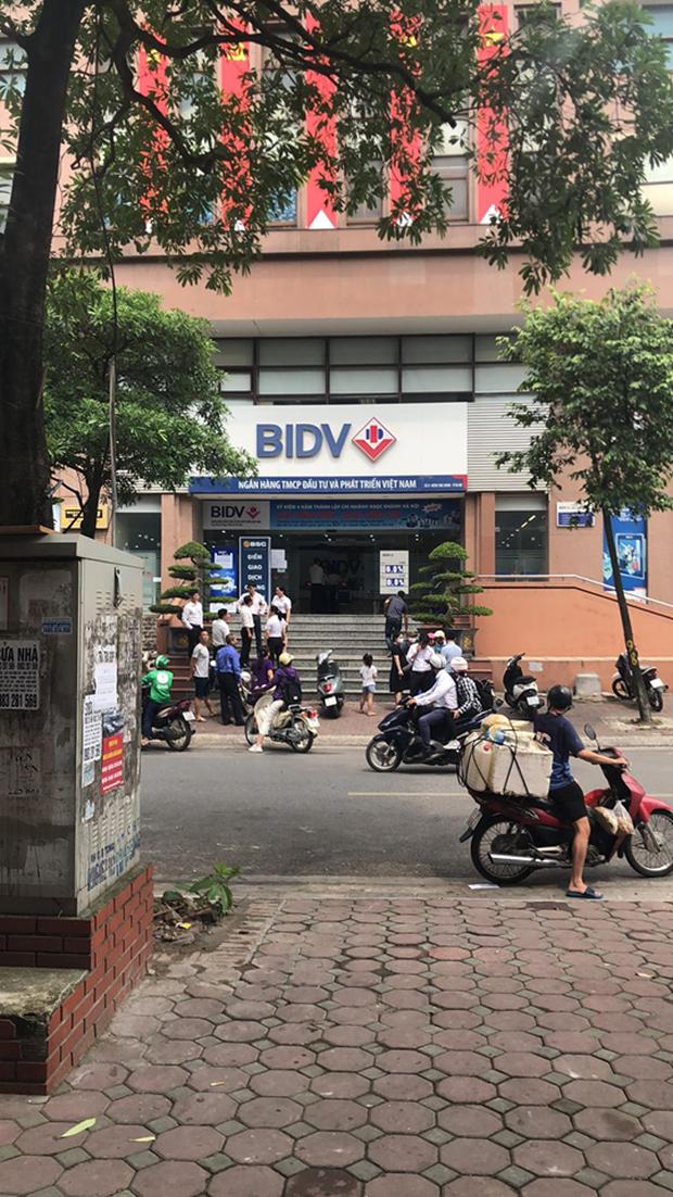 Hà Nội: Đã bắt được 2 nghi phạm nổ súng, cướp gần 900 triệu đồng tại chi nhánh ngân hàng BIDV - Ảnh 2.