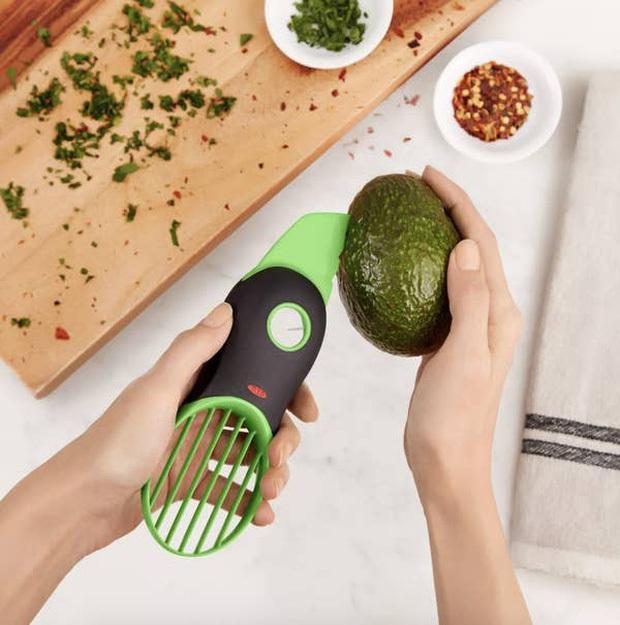 Khi Jenny Huỳnh review... dụng cụ làm bếp: Thử đồ tách bơ 3-in-1, quảng cáo thì loá mắt nhưng thực tế cũng thường thôi? - Ảnh 2.