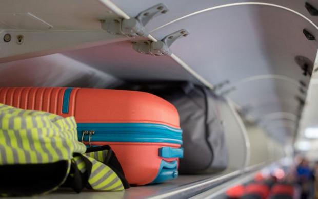 Tại sao mỗi hành khách thường chỉ được mang tối đa 7kg hành lý xách tay khi lên máy bay? - Ảnh 1.