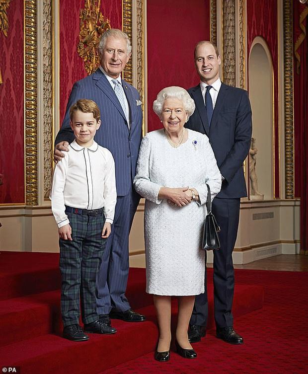 Hoàng tử George đang dần nhận ra thân phận người kế vị tương lai của mình mặc cho Công nương Kate và chồng cố gắng giấu kín con trai - Ảnh 1.