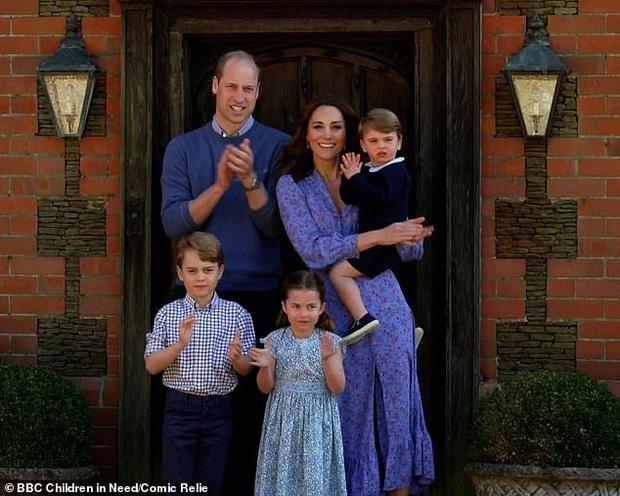 Hoàng tử George đang dần nhận ra thân phận người kế vị tương lai của mình mặc cho Công nương Kate và chồng cố gắng giấu kín con trai - Ảnh 3.