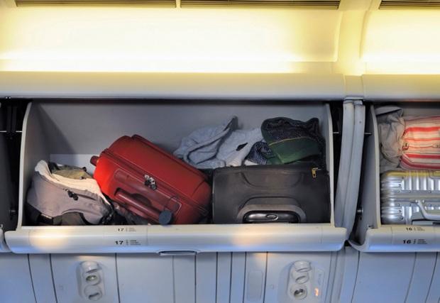 Tại sao mỗi hành khách thường chỉ được mang tối đa 7kg hành lý xách tay khi lên máy bay? - Ảnh 2.