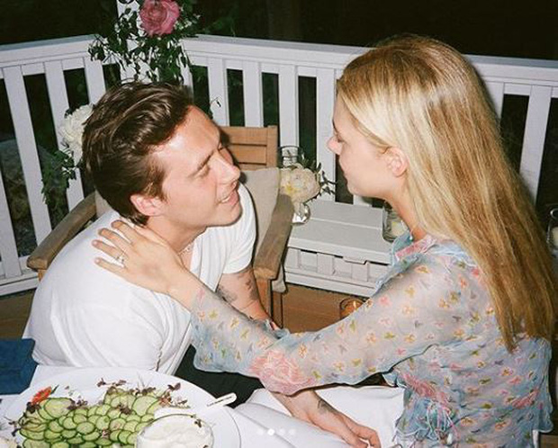 Brooklyn Beckham chính thức hé lộ ảnh cầu hôn tiểu thư tỷ phú: Quỳ gối và mở lời, nụ hôn nóng bỏng gây chú ý - Ảnh 3.