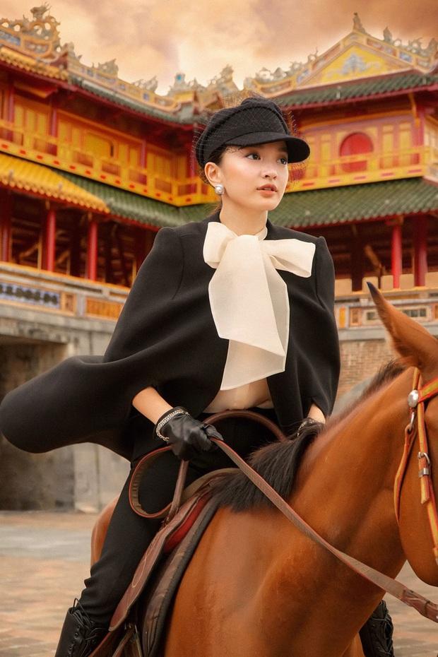 Kaity Nguyễn chính thức gia nhập vũ trụ Gái Già Lắm Chiêu, thần thái cưỡi ngựa giữa đại nội đẹp mê hồn - Ảnh 2.