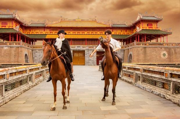 Kaity Nguyễn chính thức gia nhập vũ trụ Gái Già Lắm Chiêu, thần thái cưỡi ngựa giữa đại nội đẹp mê hồn - Ảnh 3.