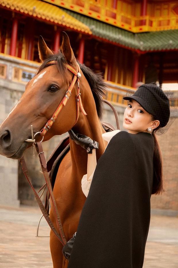 Kaity Nguyễn chính thức gia nhập vũ trụ Gái Già Lắm Chiêu, thần thái cưỡi ngựa giữa đại nội đẹp mê hồn - Ảnh 5.