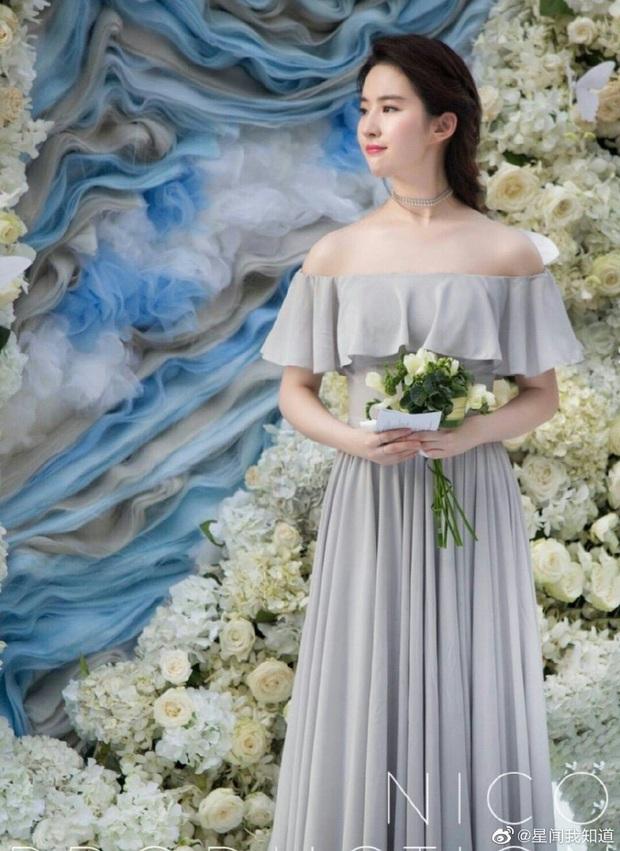 Ảnh cực hiếm khi làm phù dâu của Lưu Diệc Phi: Xinh như tiên tử thế này bảo sao cô dâu nào cũng ngại mời - Ảnh 2.