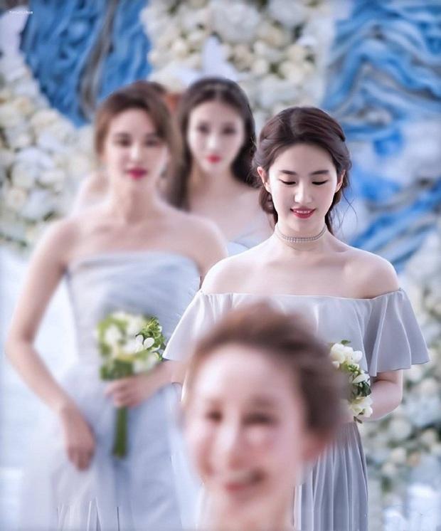 Ảnh cực hiếm khi làm phù dâu của Lưu Diệc Phi: Xinh như tiên tử thế này bảo sao cô dâu nào cũng ngại mời - Ảnh 3.