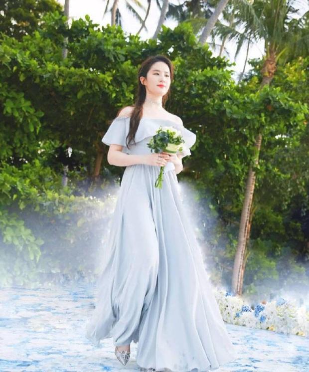 Ảnh cực hiếm khi làm phù dâu của Lưu Diệc Phi: Xinh như tiên tử thế này bảo sao cô dâu nào cũng ngại mời - Ảnh 4.