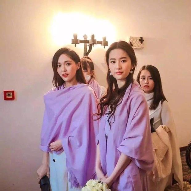 Ảnh cực hiếm khi làm phù dâu của Lưu Diệc Phi: Xinh như tiên tử thế này bảo sao cô dâu nào cũng ngại mời - Ảnh 7.