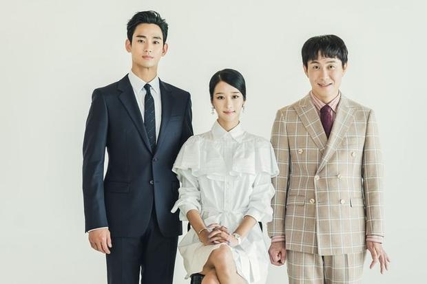 Điên Thì Có Sao tung ảnh gia đình Kim Soo Hyun nhưng fan lại chăm chăm thay váy cưới giúp Seo Ye Ji - Ảnh 1.