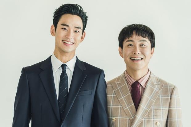 Điên Thì Có Sao tung ảnh gia đình Kim Soo Hyun nhưng fan lại chăm chăm thay váy cưới giúp Seo Ye Ji - Ảnh 2.