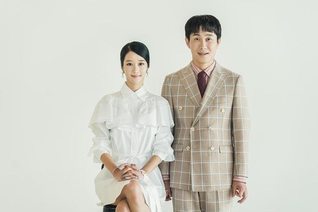 Điên Thì Có Sao tung ảnh gia đình Kim Soo Hyun nhưng fan lại chăm chăm thay váy cưới giúp Seo Ye Ji - Ảnh 3.