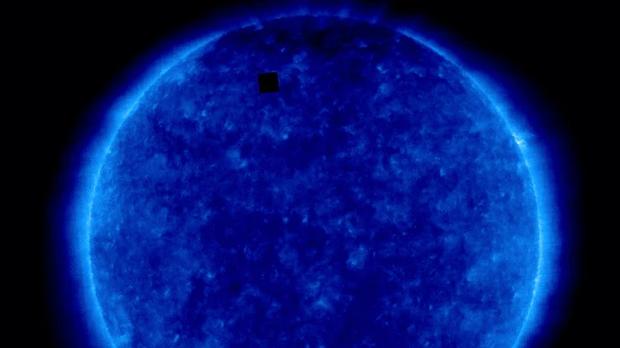Tại sao trong tấm ảnh Mặt Trời của NASA chụp lại có một hình vuông đen ngòm như thế này? - Ảnh 3.