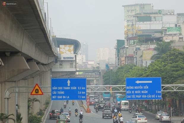 Ảnh: Hà Nội lại mù mịt vì ô nhiễm không khí nghiêm trọng, cảnh báo ảnh hưởng đến sức khỏe người dân - Ảnh 4.