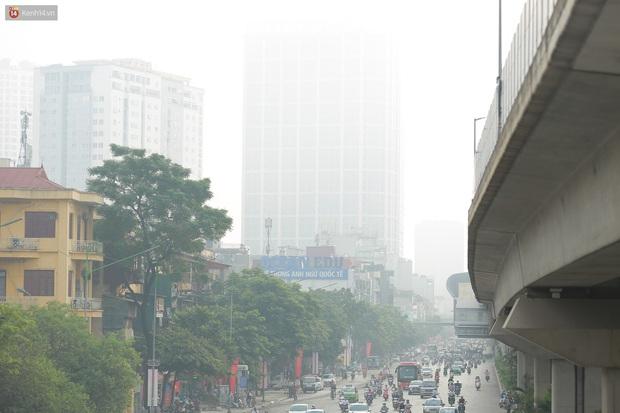 Ảnh: Hà Nội lại mù mịt vì ô nhiễm không khí nghiêm trọng, cảnh báo ảnh hưởng đến sức khỏe người dân - Ảnh 5.
