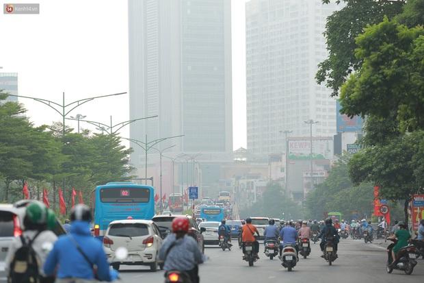 Ảnh: Hà Nội lại mù mịt vì ô nhiễm không khí nghiêm trọng, cảnh báo ảnh hưởng đến sức khỏe người dân - Ảnh 6.