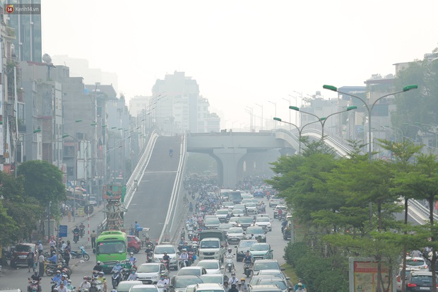 Ảnh: Hà Nội lại mù mịt vì ô nhiễm không khí nghiêm trọng, cảnh báo ảnh hưởng đến sức khỏe người dân - Ảnh 7.