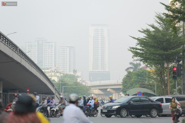 Ảnh: Hà Nội lại mù mịt vì ô nhiễm không khí nghiêm trọng, cảnh báo ảnh hưởng đến sức khỏe người dân - Ảnh 8.