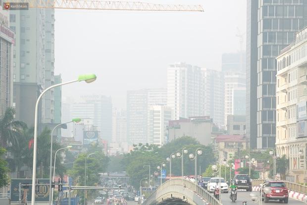 Ảnh: Hà Nội lại mù mịt vì ô nhiễm không khí nghiêm trọng, cảnh báo ảnh hưởng đến sức khỏe người dân - Ảnh 10.