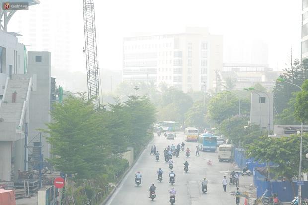 Ảnh: Hà Nội lại mù mịt vì ô nhiễm không khí nghiêm trọng, cảnh báo ảnh hưởng đến sức khỏe người dân - Ảnh 2.
