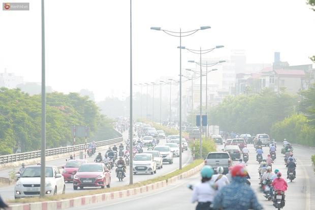 Ảnh: Hà Nội lại mù mịt vì ô nhiễm không khí nghiêm trọng, cảnh báo ảnh hưởng đến sức khỏe người dân - Ảnh 12.