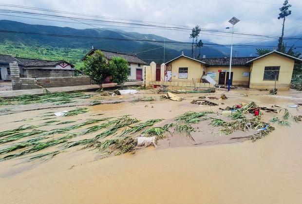 Lũ lụt ở Trung Quốc ngày càng đáng sợ: Hơn 12 triệu người dân phải điêu đứng, thiệt hại lên đến hơn 80 nghìn tỷ đồng - Ảnh 9.