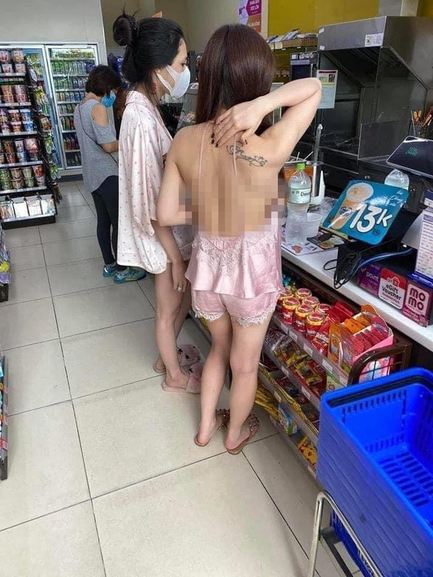 Cô gái mặc áo 2 dây để lộ toàn bộ lưng trần cùng vòng 1 hớ hênh khi mua đồ ở cửa hàng tiện lợi khiến nhiều người nóng mắt - Ảnh 1.