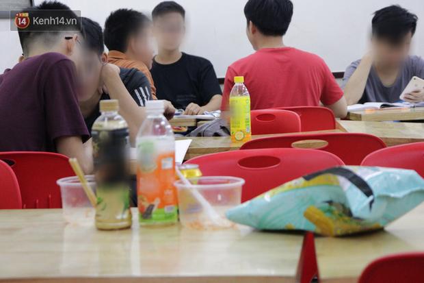 Sinh viên chen chúc nhau ôn thi cuối kỳ ở cửa hàng tiện lợi đến 2-3h sáng, vứt rác bừa bãi ai nhìn cũng ngao ngán - Ảnh 3.