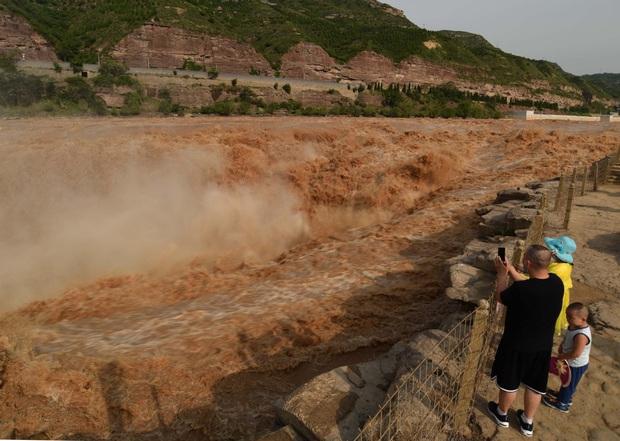 Mùa lũ về cuồn cuộn ở thác nước màu vàng lớn nhất thế giới tại Trung Quốc, du khách kéo nhau đến chụp ảnh lưu niệm - Ảnh 2.