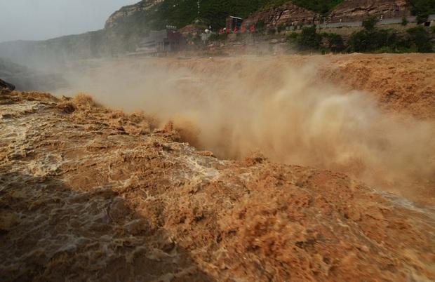 Mùa lũ về cuồn cuộn ở thác nước màu vàng lớn nhất thế giới tại Trung Quốc, du khách kéo nhau đến chụp ảnh lưu niệm - Ảnh 3.