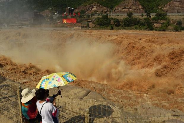 Mùa lũ về cuồn cuộn ở thác nước màu vàng lớn nhất thế giới tại Trung Quốc, du khách kéo nhau đến chụp ảnh lưu niệm - Ảnh 4.
