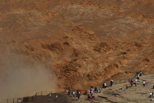 Mùa lũ về cuồn cuộn ở thác nước màu vàng lớn nhất thế giới tại Trung Quốc, du khách kéo nhau đến chụp ảnh lưu niệm - Ảnh 5.