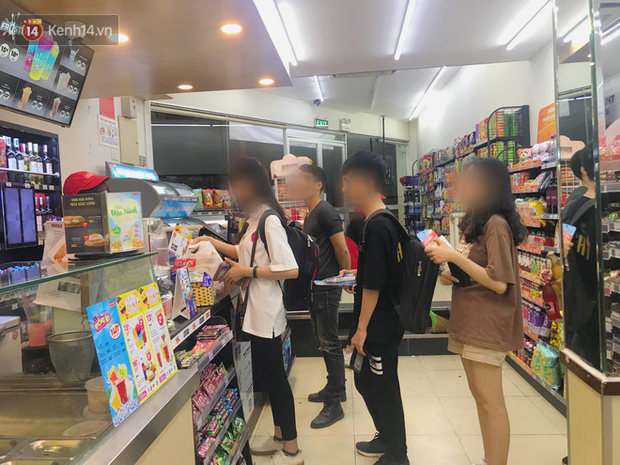 Sinh viên chen chúc nhau ôn thi cuối kỳ ở cửa hàng tiện lợi đến 2-3h sáng, vứt rác bừa bãi ai nhìn cũng ngao ngán - Ảnh 6.