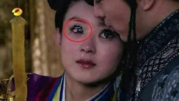 Loạt sạn ngớ ngẩn phim Hoa ngữ khiến diễn viên ngượng chín mặt: Nhọ nhất là Dương Tử bị ekip cho mặc đồ thiếu vải - Ảnh 8.