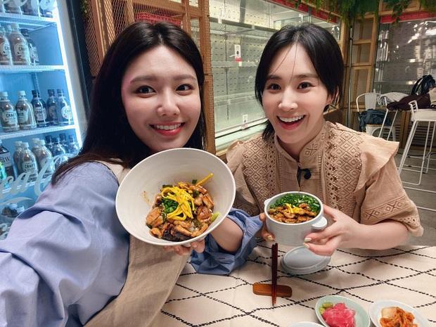Trổ tài làm trứng rán cần mỡ, Yuri & Sooyoung (SNSD) khiến fan không nhịn được cười khi xem thành quả - Ảnh 1.