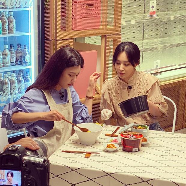 Trổ tài làm trứng rán cần mỡ, Yuri & Sooyoung (SNSD) khiến fan không nhịn được cười khi xem thành quả - Ảnh 3.