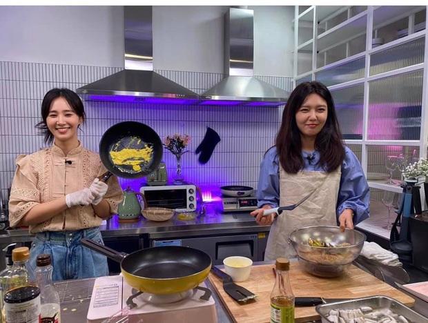 Trổ tài làm trứng rán cần mỡ, Yuri & Sooyoung (SNSD) khiến fan không nhịn được cười khi xem thành quả - Ảnh 5.