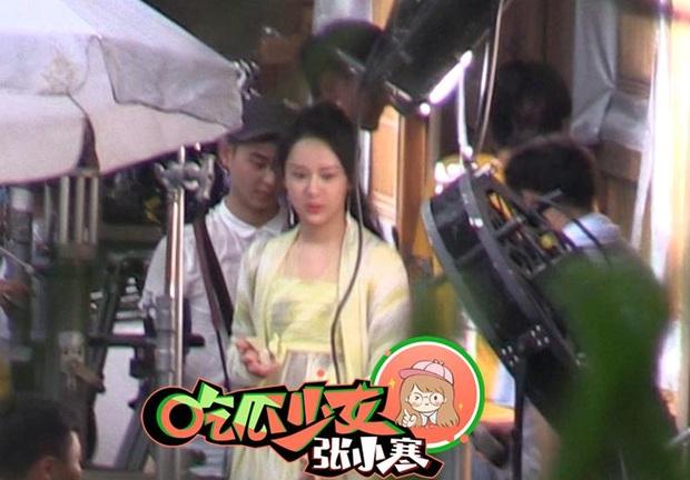 Dương Tử tiếp tục lộ khoảnh khắc siêu nhây ở hậu trường phim, netizen thắc mắc: Ngô Diệc Phàm đâu rồi ta? - Ảnh 6.