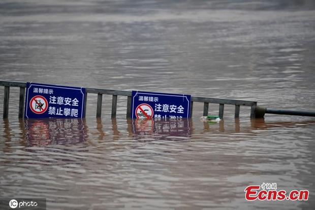 Lũ lụt ở Trung Quốc ngày càng đáng sợ: Hơn 12 triệu người dân phải điêu đứng, thiệt hại lên đến hơn 80 nghìn tỷ đồng - Ảnh 7.
