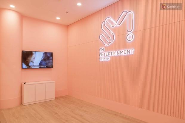 CỰC HOT: SMTOWN Cafe chính thức về Việt Nam, không gian sống ảo không chỗ chê, idol goods nhiều lựa mỏi cả tay - Ảnh 1.