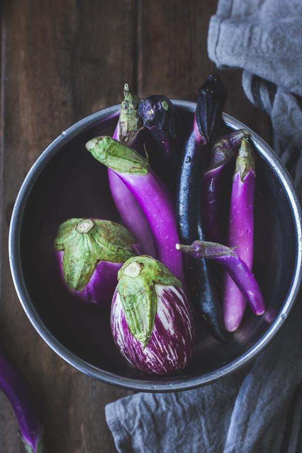 Cà tím ăn cả vỏ vừa ngon vừa bổ, nhưng có 3 nhóm người lại nên ăn càng ít vỏ cà tím càng tốt - Ảnh 1.