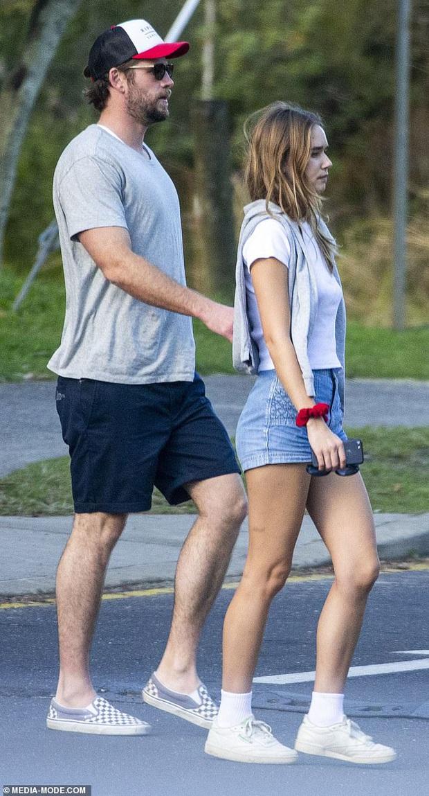 Mới 6 tháng sau khi ly hôn Miley Cyrus, Liam Hemsworth giờ đã đưa bạn gái mới kém 8 tuổi ra mắt gia đình - Ảnh 2.