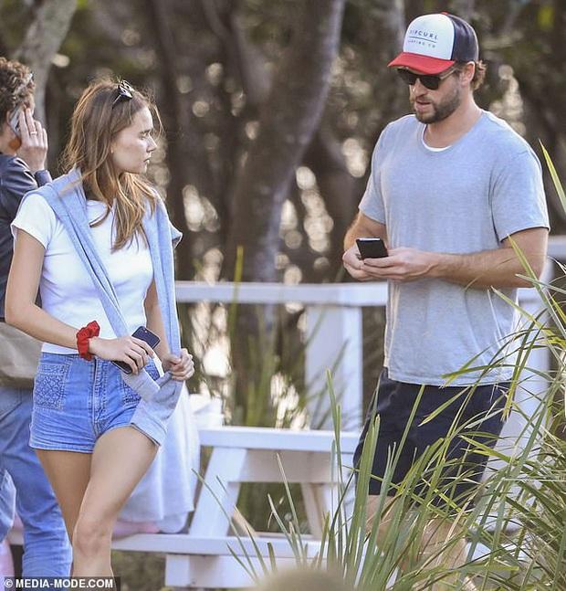 Mới 6 tháng sau khi ly hôn Miley Cyrus, Liam Hemsworth giờ đã đưa bạn gái mới kém 8 tuổi ra mắt gia đình - Ảnh 3.