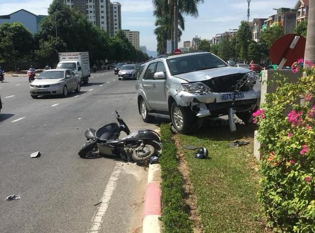 Lãnh đạo UBKT Tỉnh ủy nói về bức ảnh 3 cán bộ đứng cầm điện thoại, nạn nhân nằm gục sau tai nạn - Ảnh 3.