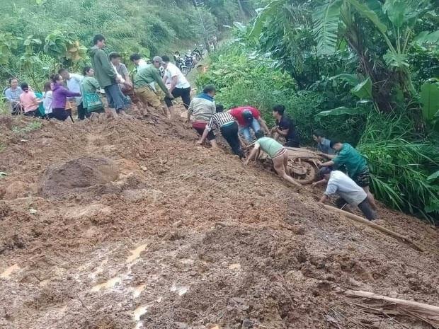 Lai Châu: Kịp thời cứu người phụ nữ đi đường bị đất sạt lở vùi lấp - Ảnh 1.