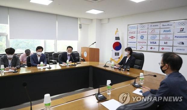 Làng thể thao Hàn Quốc tiếp tục rúng động: Cầu thủ bóng ném tố cáo đàn anh tấn công, phi dao vào người - Ảnh 1.