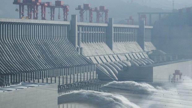 Trung Quốc vào mùa lũ chính, đập Tam Hiệp mở 3 cửa xả - Ảnh 1.